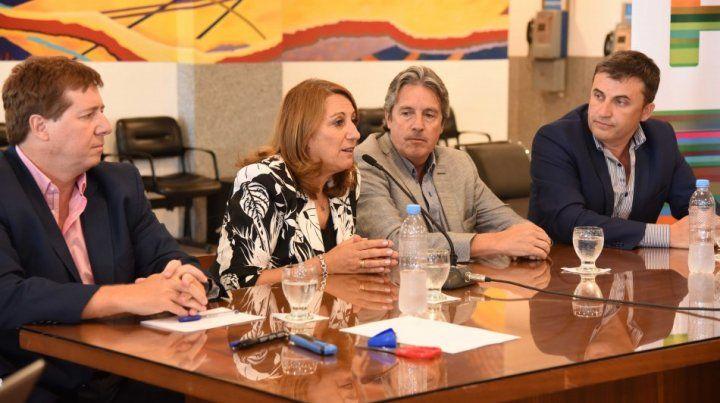 La intendenta Mónica Fein en el acto oficial que se llevo a cabo en el aeropuerto de Fisherton.