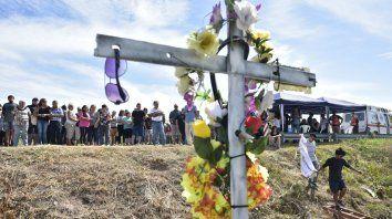 En el lugar. Las cruces, colocadas en señal de luto, dejaron mudo testimonio de la escena.