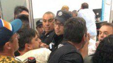 Tensión. Padres y personal de la PSA se trenzaron en el aeropuerto.