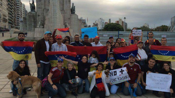 En el Monumento. Los venezolanos residentes en Rosario ya están organizando su propia asociación.