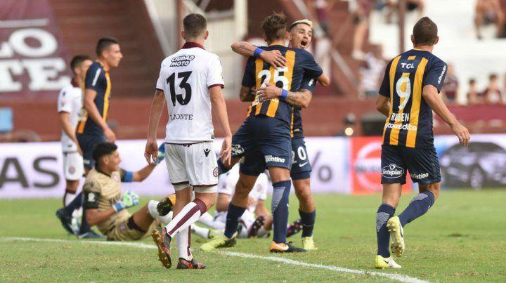 Festejo. Maxi González se abraza con Zampedri luego de que su cabezazo terminara en la red.