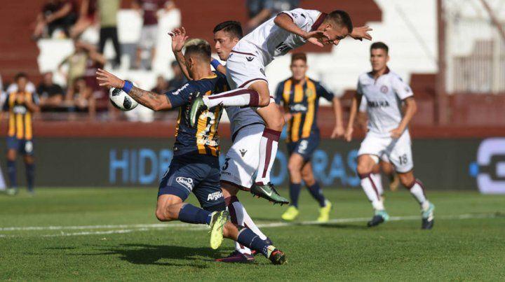 Fricción. Zampedri intenta defender el balón pese a la vehemencia de los defensores granates.