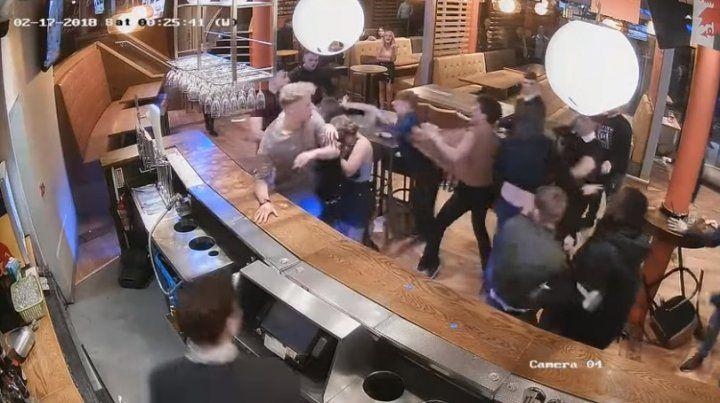 Una simple discusión provocó una terrible batalla campal en un bar