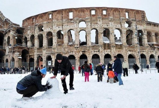 Roma. Los habitantes y los turistas jugaron ayer con la nieve en el Coliseo