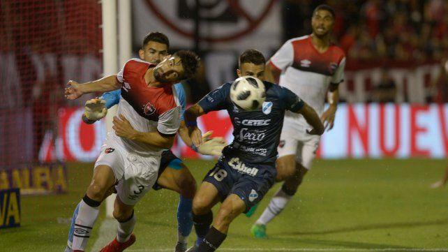 Poco en el arco rival. Una pelota parada en la que Evangelista la pelea con Muñoz. Atrás aparece Varela.