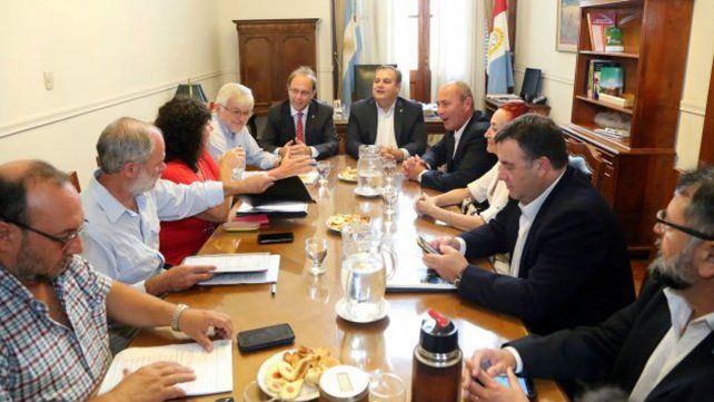 La reunión paritaria se concretó ayer con los gremios de estatales y docentes.