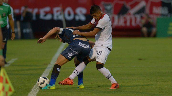 Mete pierna. Rivero forcejea con Di Lorenzo en el partido del lunes ante Temperley.