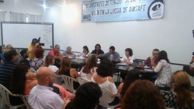 La asamblea provincial de Amsafé se reunió esta mañana en la sede de Santa Fe donde en el inicio homenajearon a la docente Vanesa Castillo.