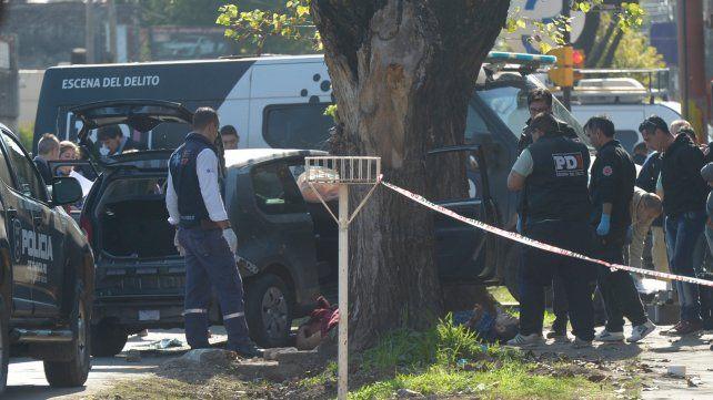 Rodeados. El VW Up en el que iban las víctimas se estrelló contra un árbol y allí fueron ejecutados los jóvenes.