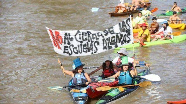 no al cierre. La comunidad educativa cruzó el Paraná en kayaks.
