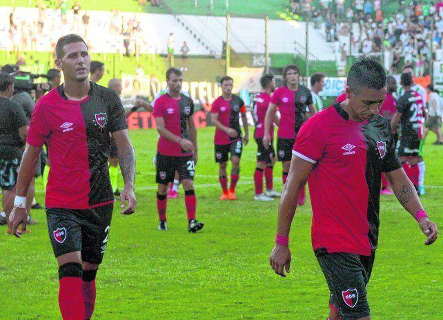 Sin respuestas. Los experimentados Bianchi y Figueroa se retiran de la cancha tras la derrota.