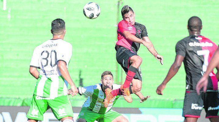 Sin destino. El Niño Torres mete un cabezazo ante la mirada de Jorge Rodríguez y Leal.