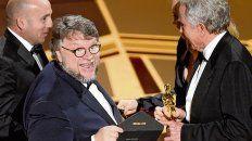 chiste. Guillermo del Toro bromea con el sobre que acredita su premio con la anuencia de Warren Beatty.