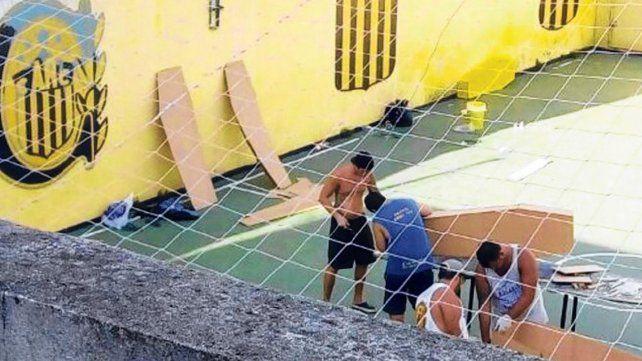 Cuatro hinchas canallas armaron y pintaron los féretros en las instalaciones del Clubsito.