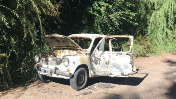 Un Fiat 600 quemado estaría involucrado en el crimen.