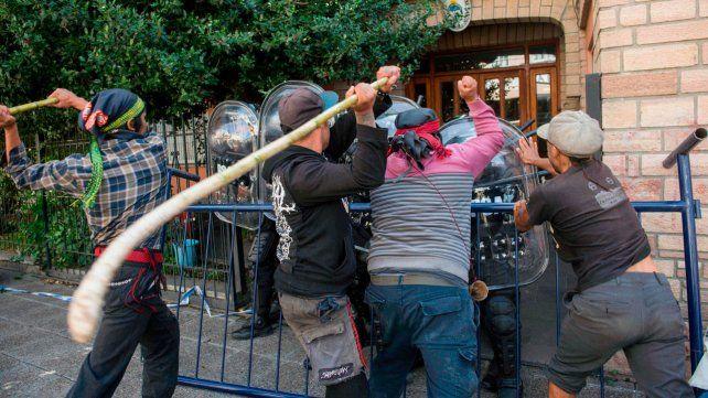 Hubo gases lacrimógenos y balas de goma en la puerta del juzgado entre policías y mapuches.