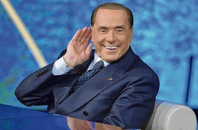 sonrisa. El nuevo Berlusconi y su rostro de museo de cera. Italia ha vuelto a escuchar sus cantos de sirena.