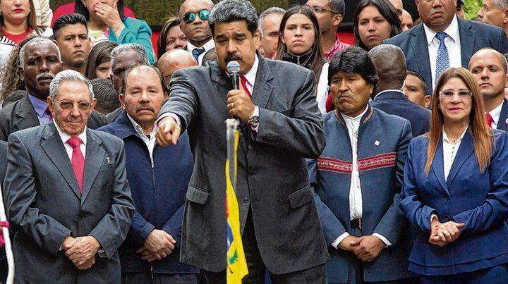 homenaje. Maduro habla junto a Evo
