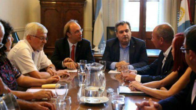 Pablo Farías (centro) encabeza las negociaciones con los estatales.