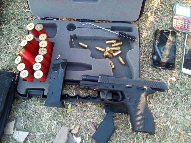 Parte de las armas y municiones que secuestró esta tarde la policía.