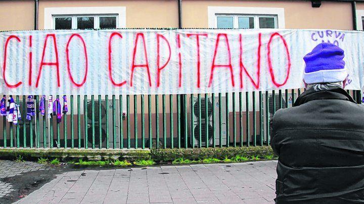 adiós. Los hinchas de Fiorentina y Cagliari retiraron ayer la camiseta número 13