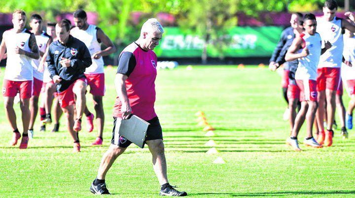 Primeros pasos. Omar De Felippe puso manos a la obra en su misión de revertir el pobre presente futbolístico.