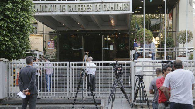La sede del Sindicato de Camioneros allanada ayer.