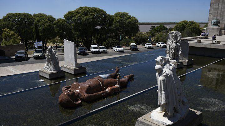 Una gigantesca mujer de cerámica sorprende en el pasaje Juramento