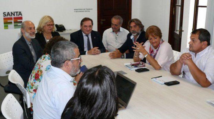El gobierno retrasó para la tarde la reunión paritaria con los docentes y estatales