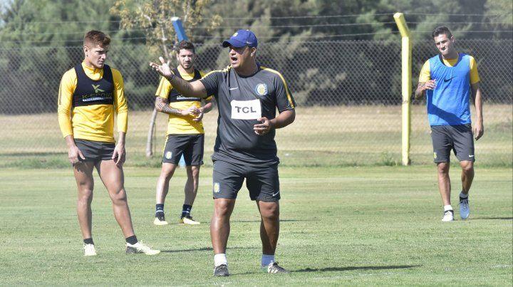 El entrenador canalla Leo Fernández tiene un desafío importante el domingo ante Vélez.