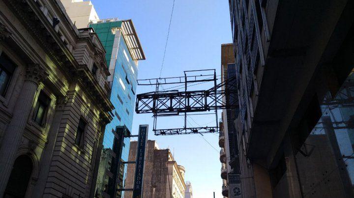 Remueven una histórica estructura que sostenía cartelería publicitaria