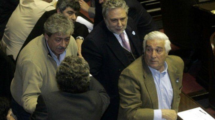 Breve tregua. Buzzi y Rossi (de espaldas) se abrazaron tras el debate del proyecto