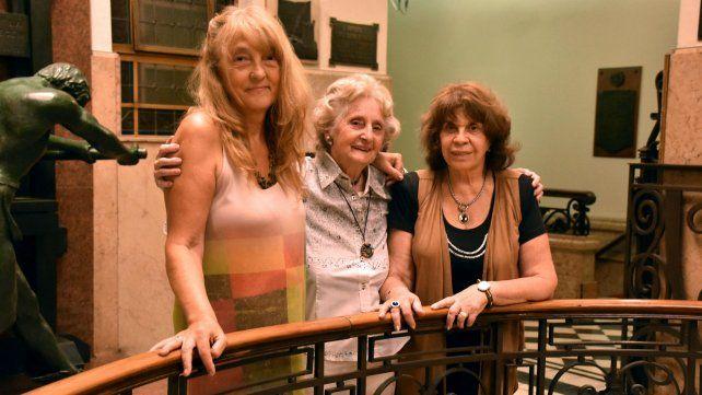 La hija de Ana María Zeno, Berenice Luque, junto a Silvana Méndez y Mirta Granero, amigas de la recordada mujer.