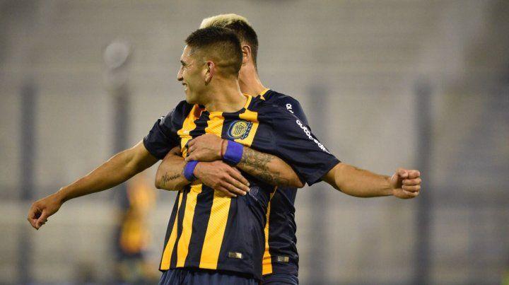 Zampedri se acerca a celebrar con López Pissano tras el segundo gol de Central.