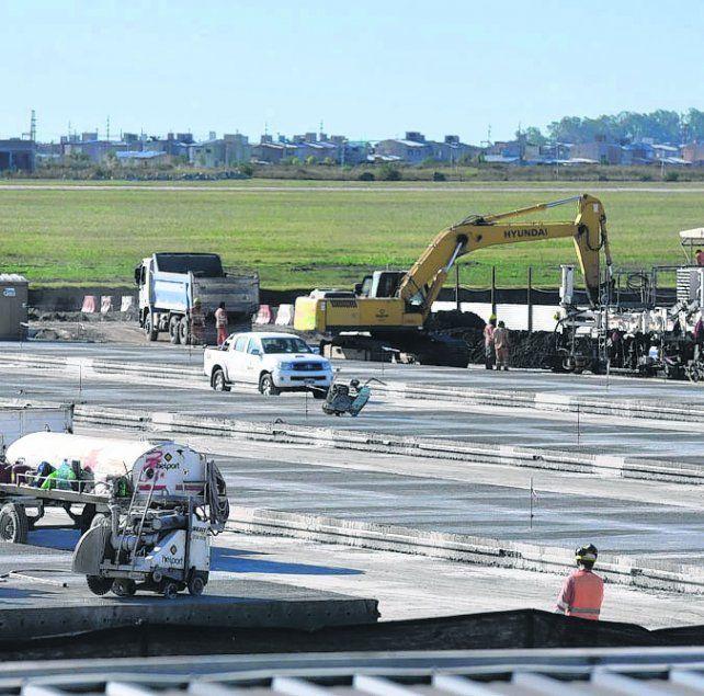 en obras. Trabajos dentro y fuera de la pista del aeropuerto Islas Malvinas.