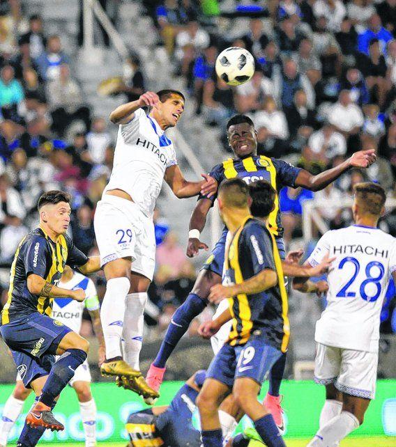 En lo alto. El colombiano Cabezas la busca arriba con el velezano Abram. La dupla central canalla jugó un gran partido en Liniers.