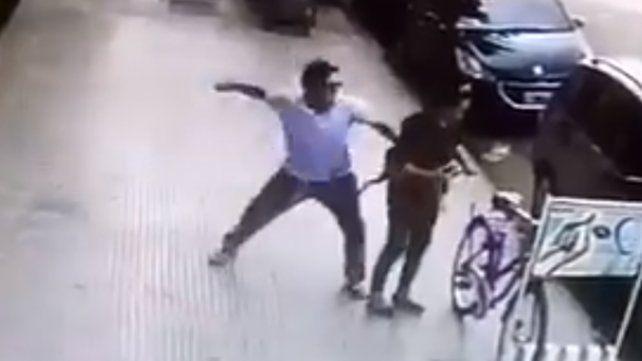 Divulgan el video de la brutal agresión a una mujer que ataba su bicicleta