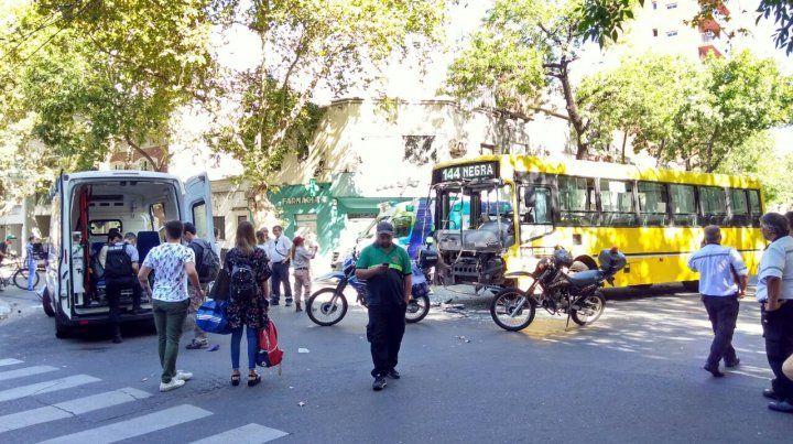 Detenido. Personal de Tránsito dispuso un corte en la zona luego del choque entre colectivos.