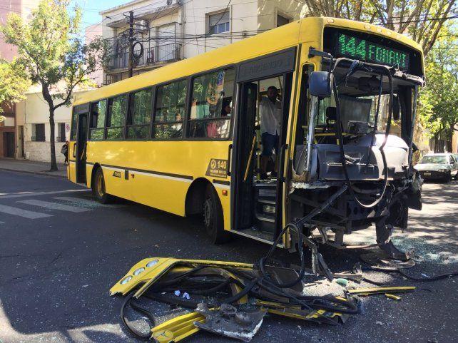 Así quedó. El vehículo de la línea 144 perdió parte de la trompa por el impacto en Alvear y San Lorenzo.