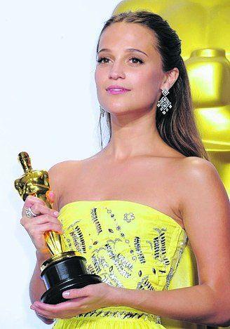 Vikander con el Oscar