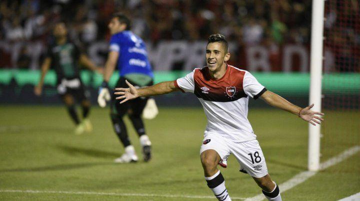 Joaquín Torres ya cabeceó al gol y comienza el festejo en el Coloso.