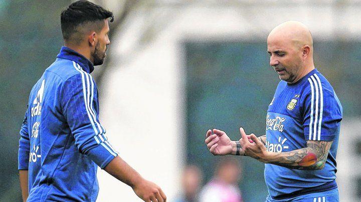 En diálogo permanente. Sampaoli habló con Agüero tras la lesión del sábado. El cuerpo técnico se ilusiona con que pueda estar ante España