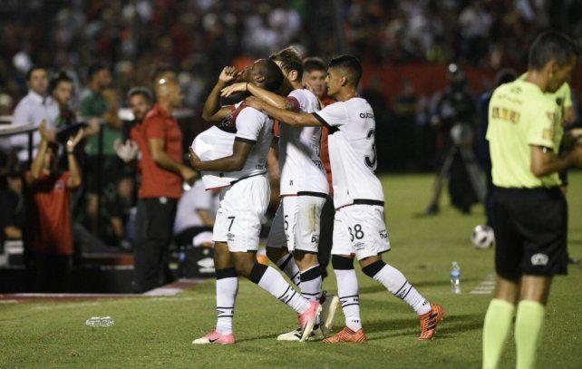 Luis Leal festeja su gol