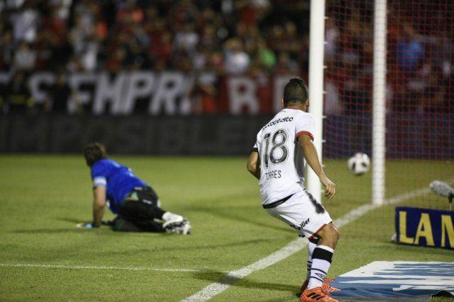 El chico Torres ya cabeceó al gol y se apresta a iniciar el festejo.