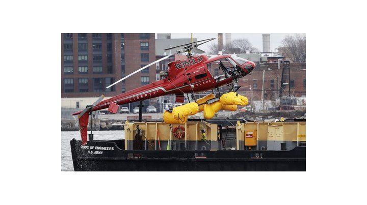 Tragedia. El helicóptero cayó a las aguas del East River. Cinco muertos.