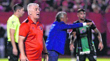 A pura indicación. De Felippe se mostró activo en el primer partido que dirigió como entrenador de Newells. Logró sacar al equipo de la racha negativa.