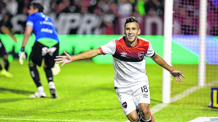 Gritalo pibe. Joaquín Torres abrió el marcador a los 2 con un soberbio cabezazo y sale a celebrarlo.