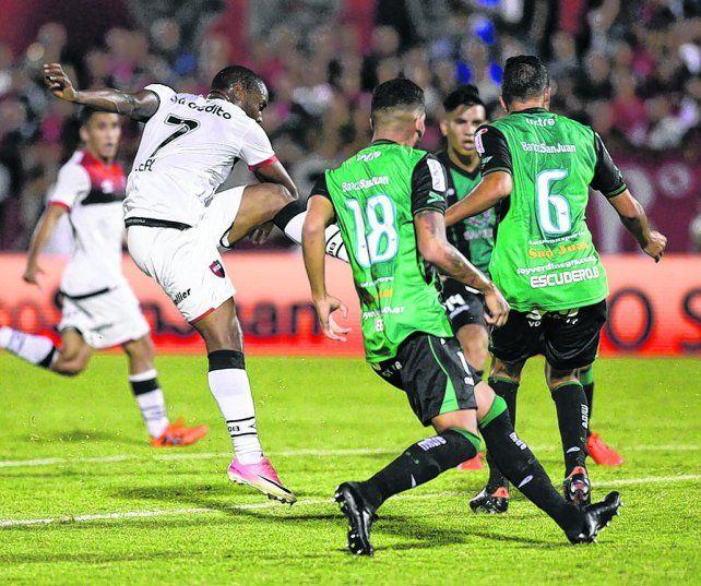 Zurda letal. El goleador portugués Luis Leal ya sacó el remate que se convertirá en el segundo tanto rojinegro en el Coloso.