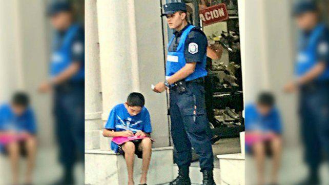 Un policía le enseñó a un nene a escribir y la historia se viralizó en las redes sociales
