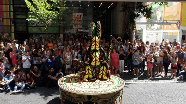 El circo Tihany desplegó su magia en las puertas del diario La Capital